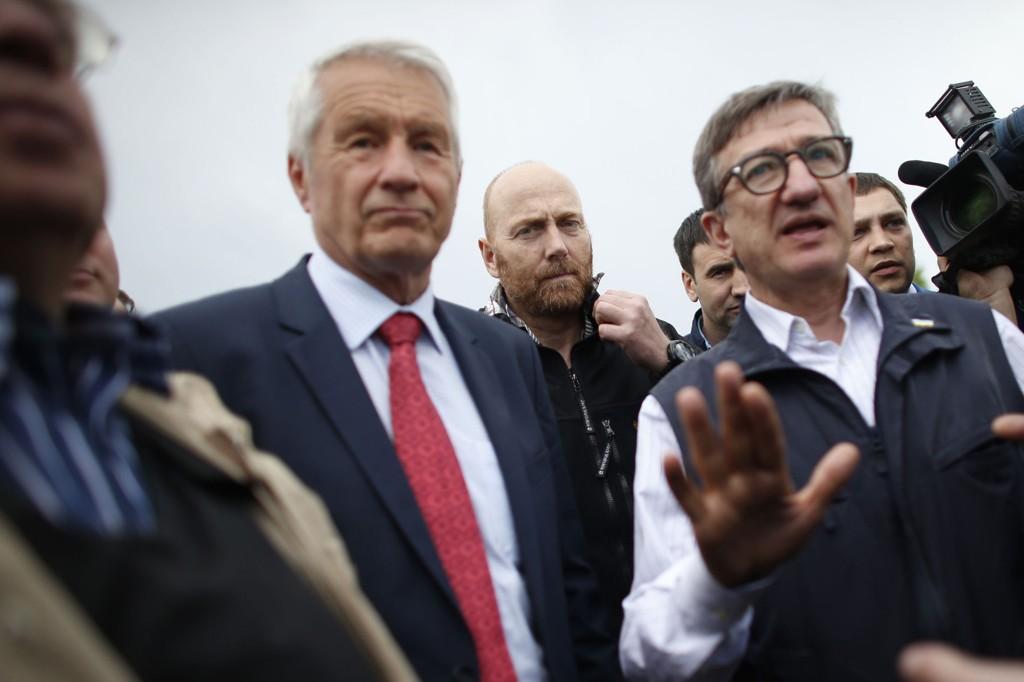 FRI: OSSE-observatør Axel Schneider (C) sammen med Thorbjørn Jagland på en vei 30 kilometer fra Donetsk øst i Ukraina 3. mai etter å ha blitt sluppet fri av pro-russiske separatister.