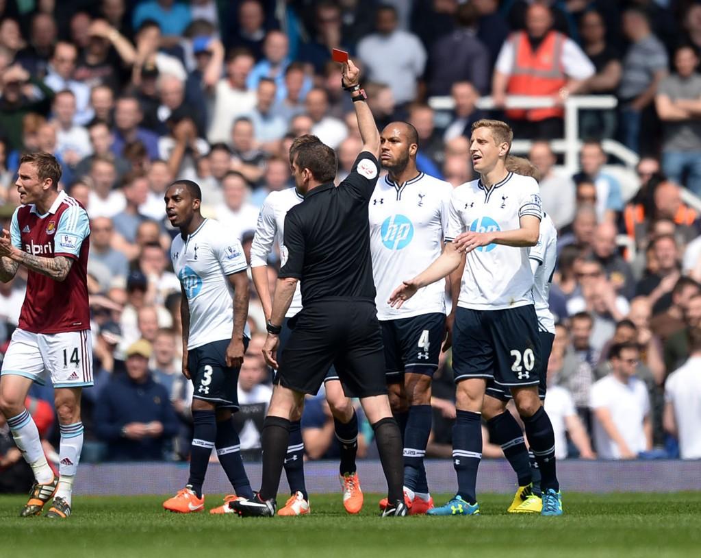 UTVIST OG YDMYKET: Younes Kaboul ble utvist i første omgang mot West Ham.