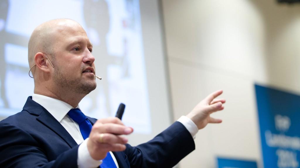 GARDERMOEN: Justis- og beredskapsminister Anders Anundsen holder tale under FrP sitt landsmøte på Gardermoen lørdag.