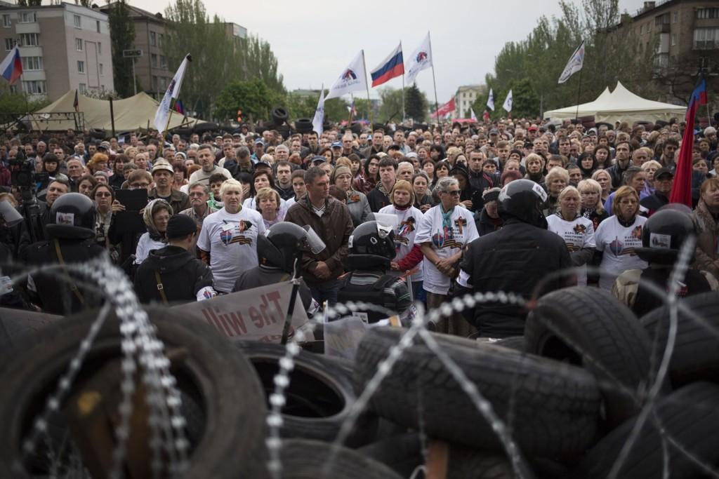 Harde kamper førte til dødsfall i Ukraina lørdag. Bildet viser prorussiske separatister i byen Odessa fredag.