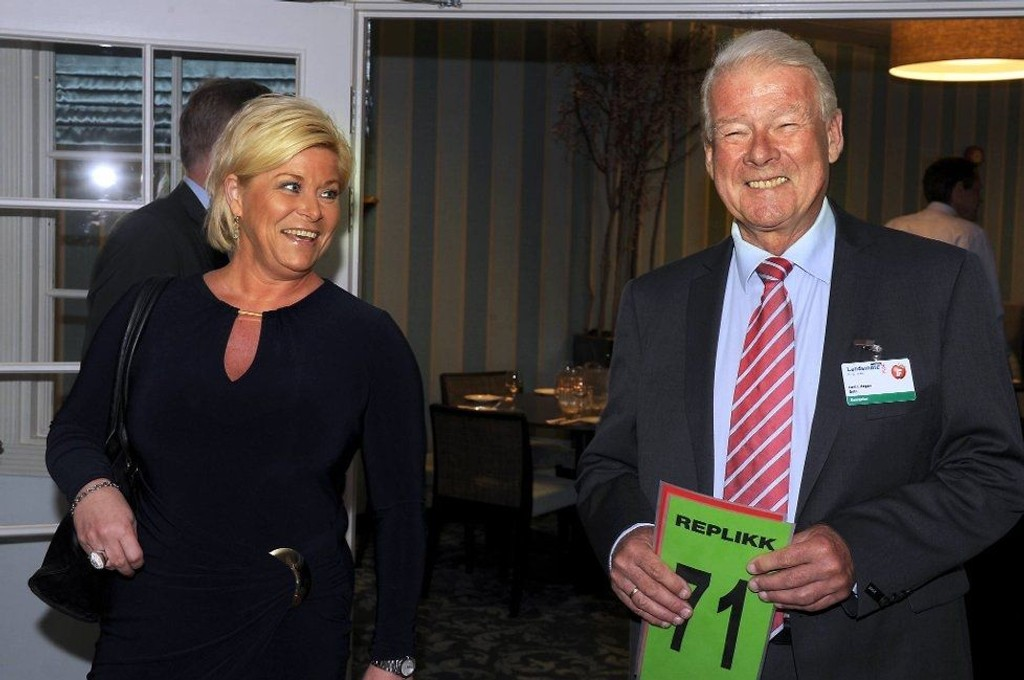 Carl I. Hagen smilte bredt under landsmøtet lørdag. Han ble imidlertid ikke hørt da han foreslo å vente med å ta en OL-avgjørelse. Her sammen med partileder Siv Jensen.