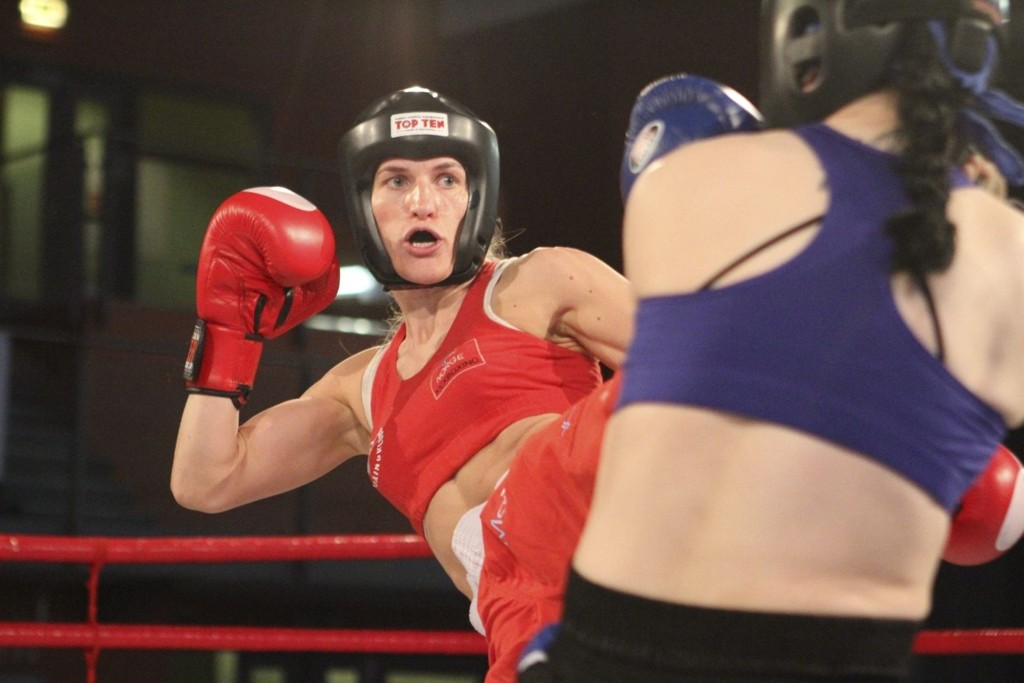 FORDEL THEA: Jenna Puurunen er en tidligere bokser, så Thea var bedre på spark.