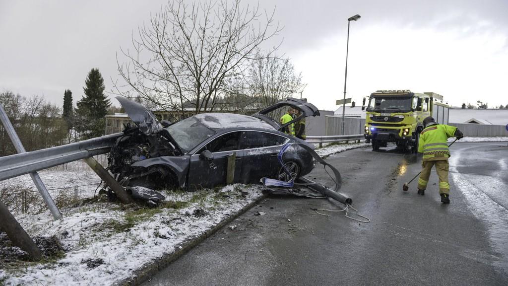 SKADER: Petter Northugs Audi har fått store skader etter den kraftige kollisjonen på Byåsen klokka 05.35 søndag morgen.