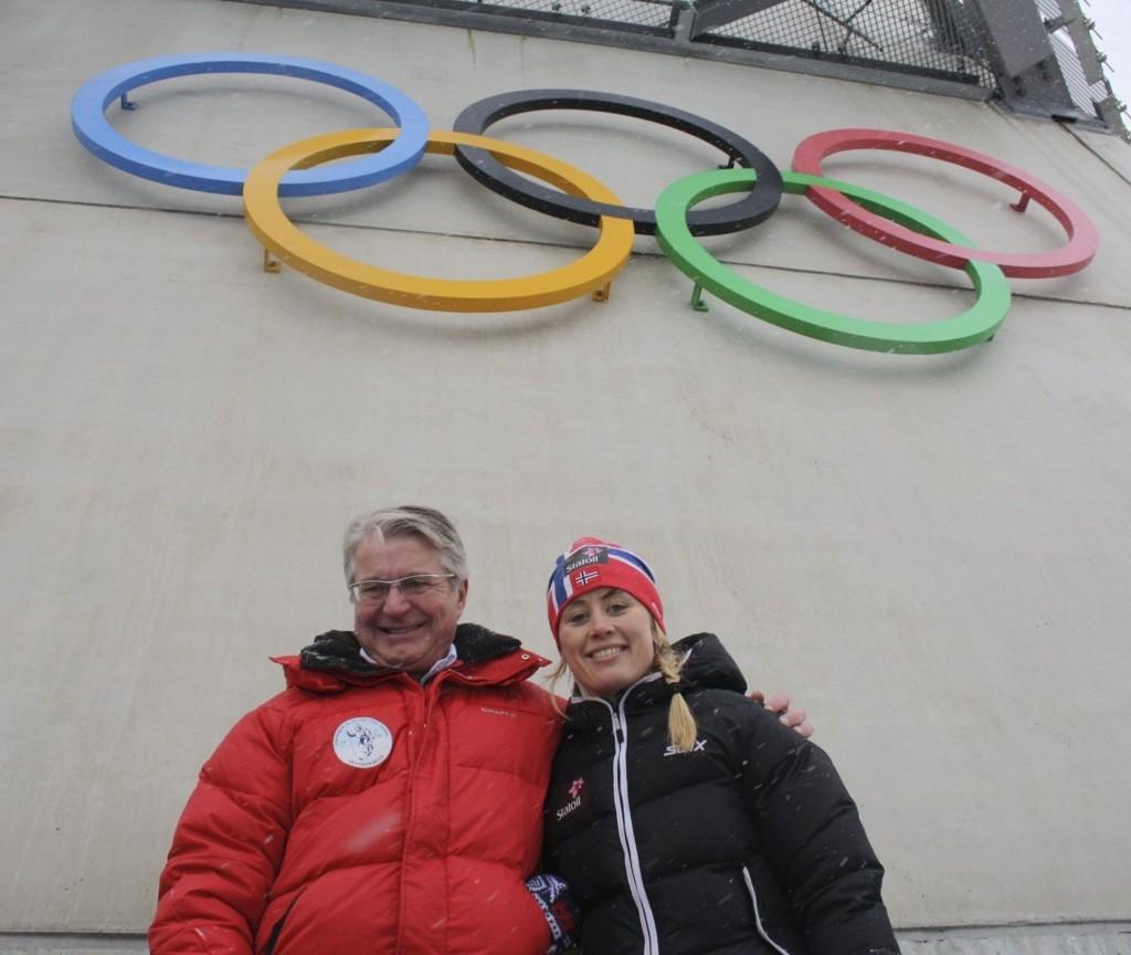 Fabian Stang understreker at det uansett er et stortingsvedtak som avgjør om det blir OL i Oslo. Her sammen med langrennsløper Ragnhild Haga i Holmenkollen.