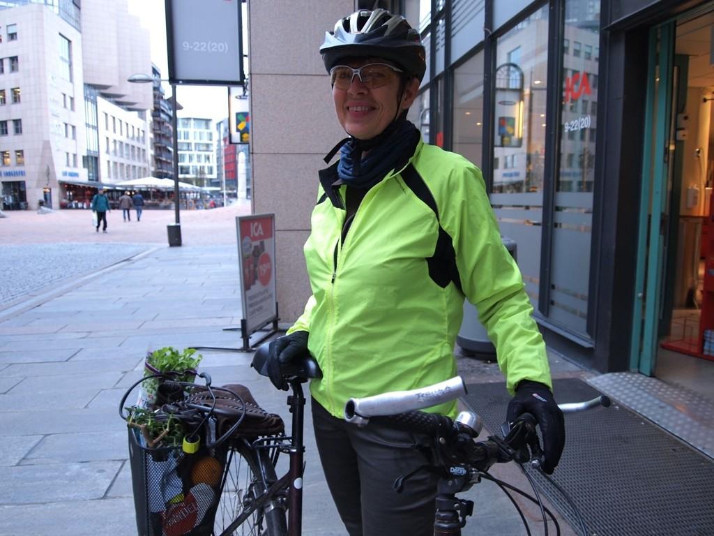 SYKLER UANSETT VÆR: Siri Helle sykler mellom Nedre Bekkelaget og Oslo sentrum uansett vær. Hun ønsker bedre tilrettelegging for sykkel.