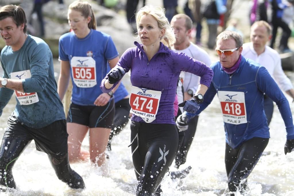 Line Søvik løp med et dårlig kne og måtte bryte rett før målgang. – Nå blir det rulleski, svømming og sykling fremover, sier hun.