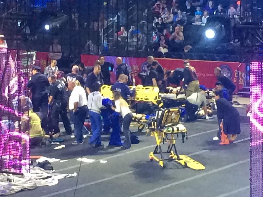 Helsepersonell og hjelpemannskaper trår til etter dramatisk sirkusulykke på Rhode Island.