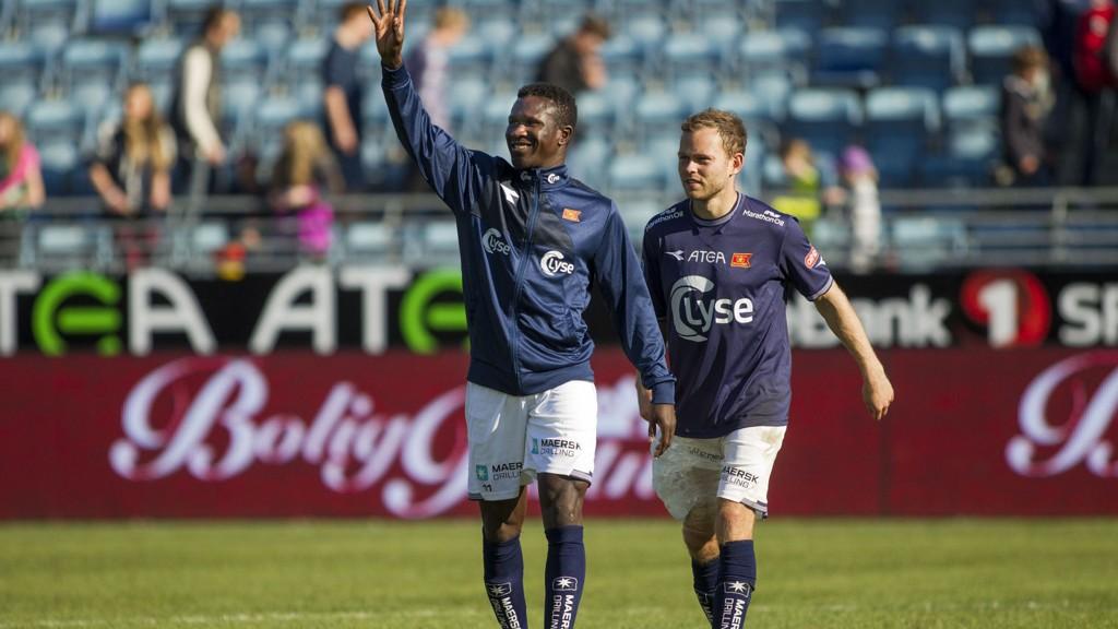 Makhtar Thioune og Steinthor Thorsteinsson takker fansen etter kampen mot Haugesund som endte 2-0 til Viking.