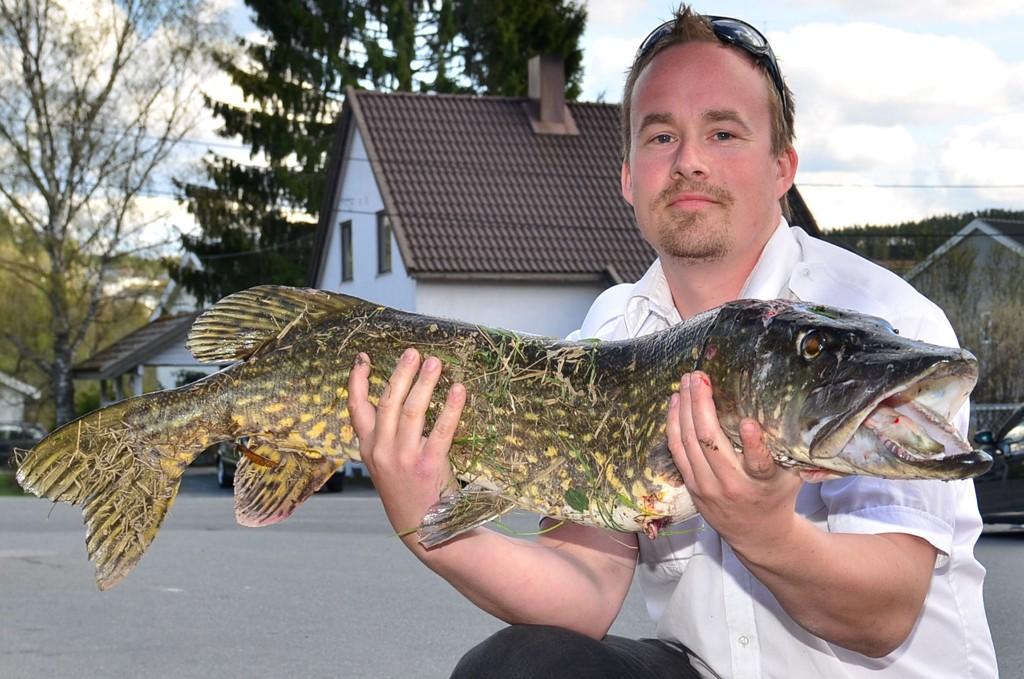 FIKK NAPP: Erlend Hauer tok ei gjedde på 8,2 kilo bak Bjørkelangen stasjon. Som drjosesjåfør har han anledning til å fiske litt mellom turene.