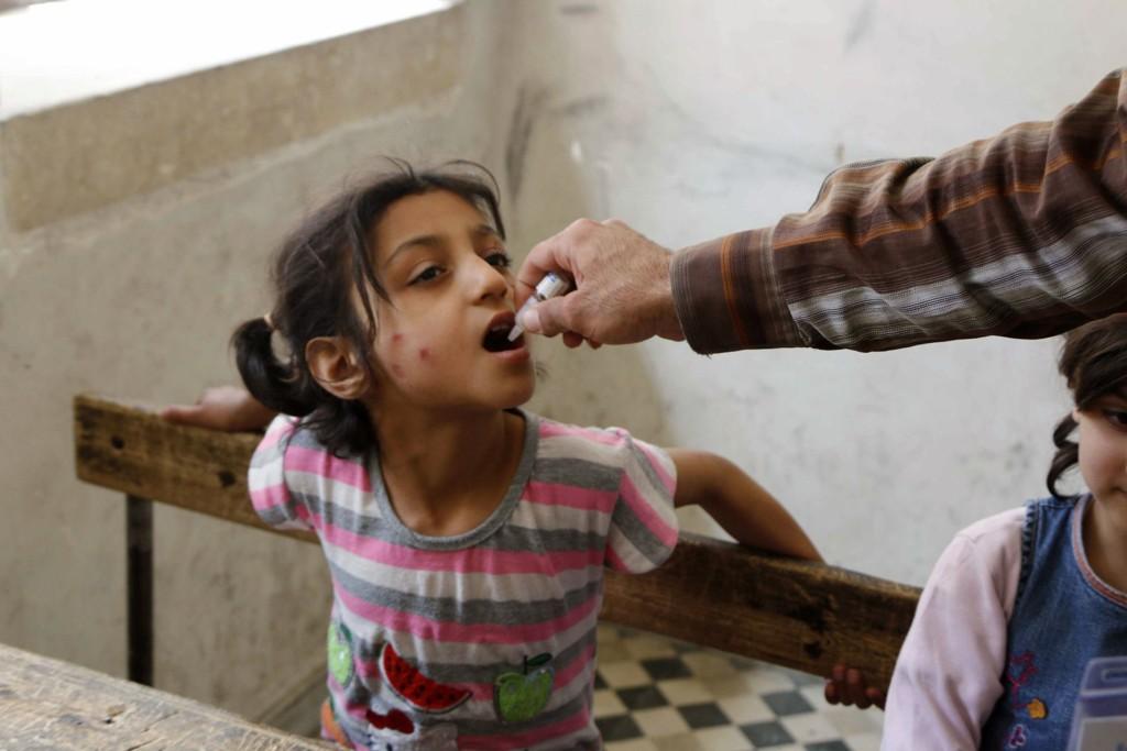 En syrisk jente i Aleppo blir vaksinert mot polio. Men ikke alle er like heldige som henne. WHO advarer nå mot en ny polioepidemi.