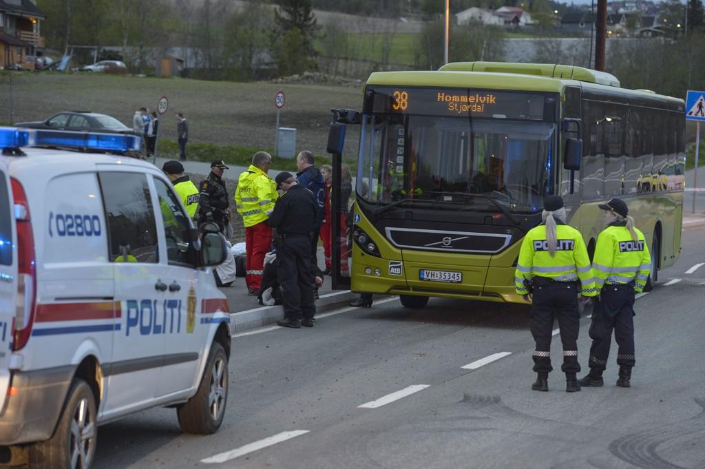 ALVORLIG: Seks personer ble skadd i et knivslagsmål på en buss i Malvik like øst for Trondheim natt til lørdag.