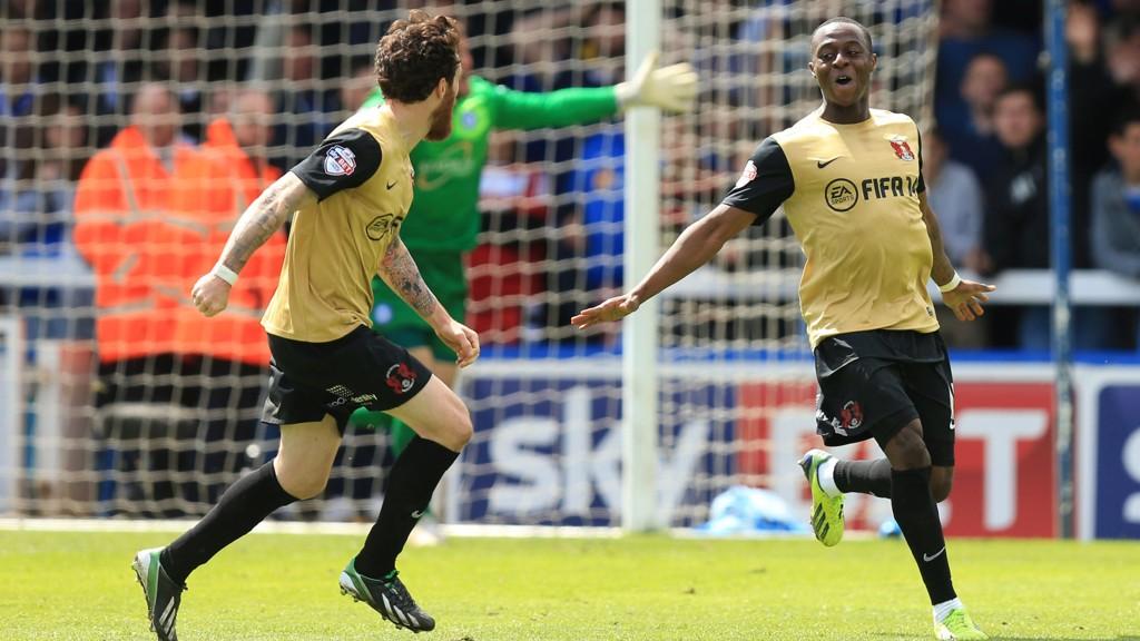 Leyton Orients Moses Odubajo feirer lagets scoring mot Peterborough.