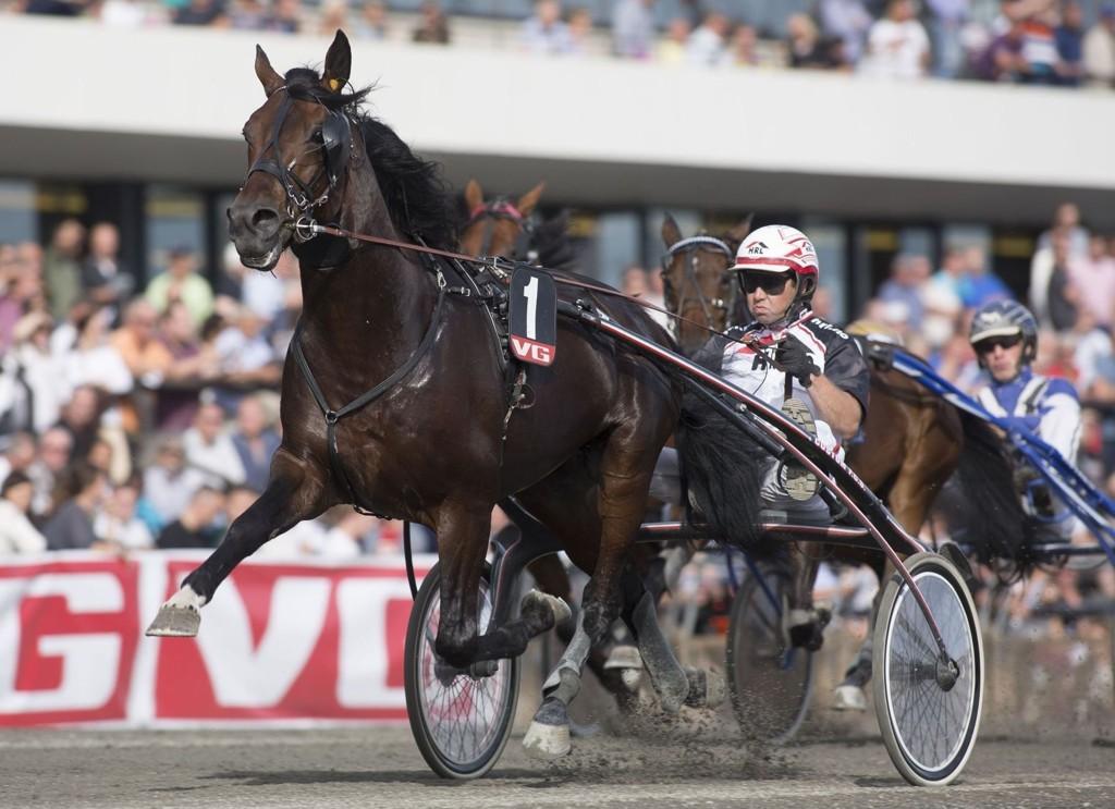 Right On Time SM blir vår Jackpot banker i V65-spillet tirsdag. På bilde kjører Eirik Høitomt, mens det er Åsbjørn Tengsareid som kjører på Forus. Bildet er hentet fra Hesteguiden.com.