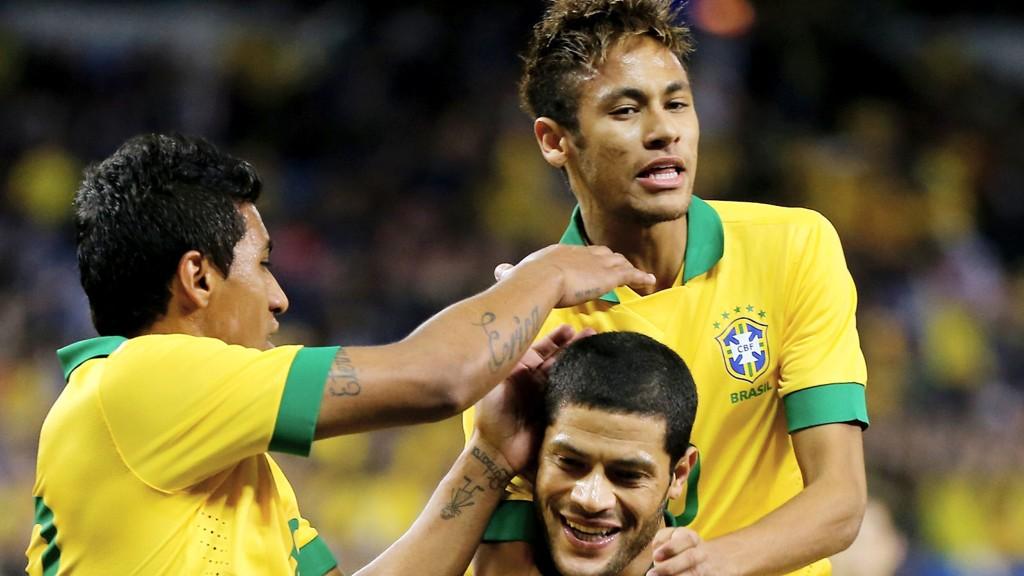 Paulinho, Neymar og Hulk er tatt ut i Brasils VM-tropp.
