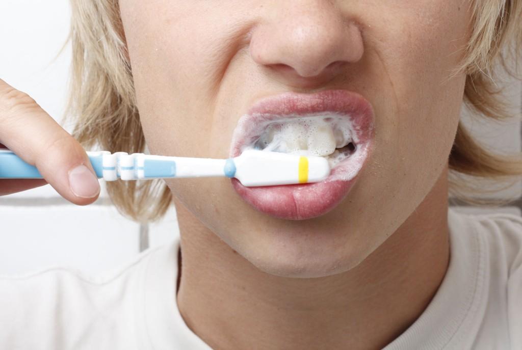 Puss tenene om morningen. Hvorfor det? Grunnene til det er mange. For det første er de flytende kalsiumnivåene i munnen lavest om morningen. Det vil si at tennene er mer utsatt for syreskader fra flytende veske da, enn noe annet tidspunkt på døgnet. Dette skyldes at bakteriefloraen i munnen bruker bare noen få sekunder på å omdanne glukose om til skadelig syre.