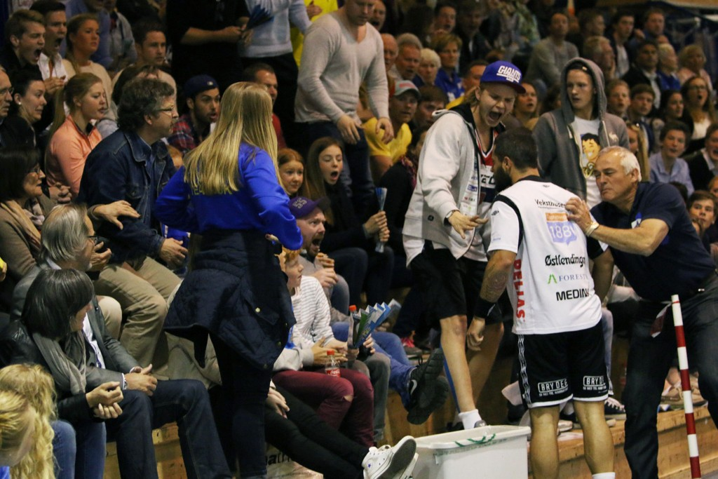 Nacor Medina Perez kom i klammeri med en tilskuer i Oppsal arena i går. Nå legger han seg flat.