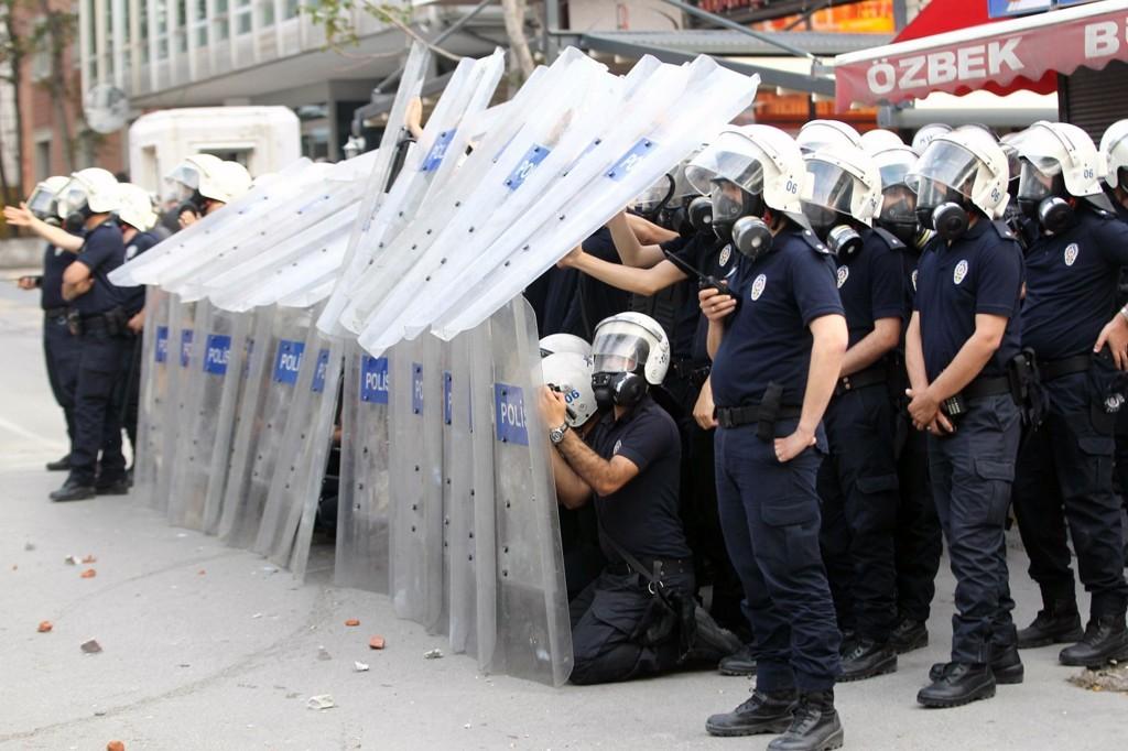 VARSLER STREIK: Tyrkias største fagforening varsler streik i protest mot gruveulykken. Demonstrasjon i Ankara 14, mai gjorde det nødvendig å tilkalle opprørspoliti.