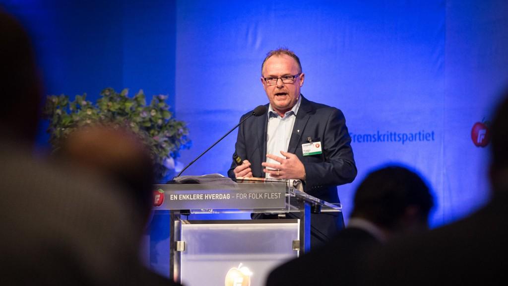 Per Sandberg, nestleder i Fremskrittspartiet, krever Veidirektørens avgang. Her på talerstolen under FrP sitt landsmøte på Gardermoen.