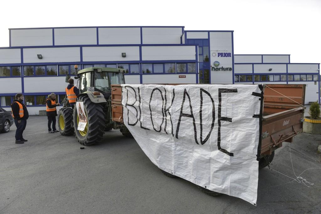 Aksjonerende bønder blokkerer torsdag morgen eggpakkeriet til Prior i Trondheim. Foto: Henrik Sundgård / NTB scanpix
