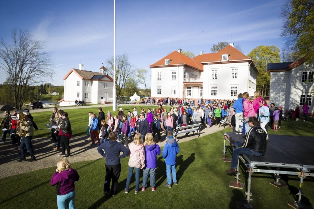 GENERALPRØVE: Hundrevis på generalprøve ved Eidsvollsbygningen. Her skal det være en serie begivenheter fra morgen til kveld 17. mai.
