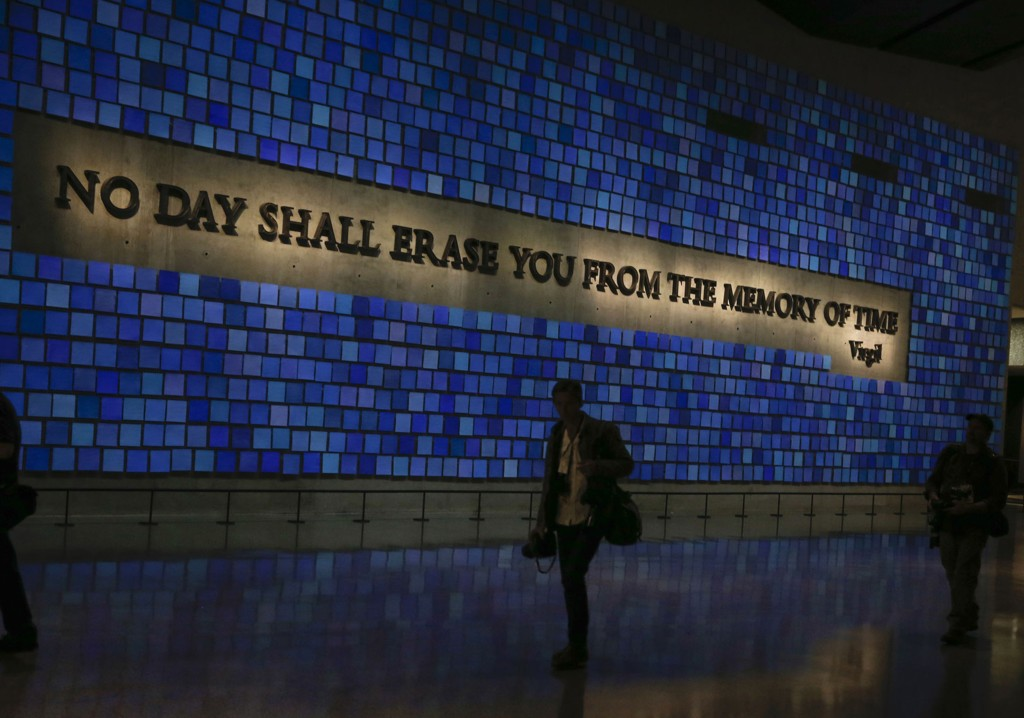 En minnevegg hedrer de nesten 3.000 drepte i terrorangrepene.