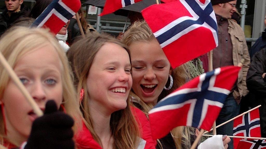 SNART 17. MAI: Paraply eller solbriller når flaggene heises og lyden av korpsene høres? Det er det store spørsmålet.