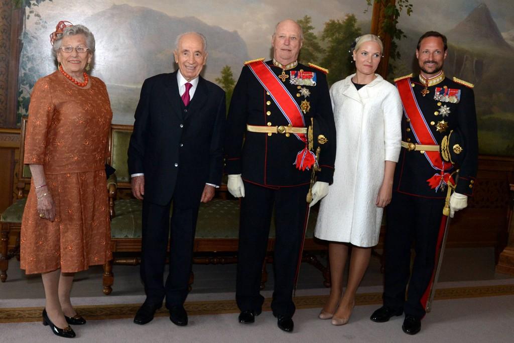 Israels president Shimon Peres avbildet sammen med kongefamilien under gallamiddagen på Slottet.