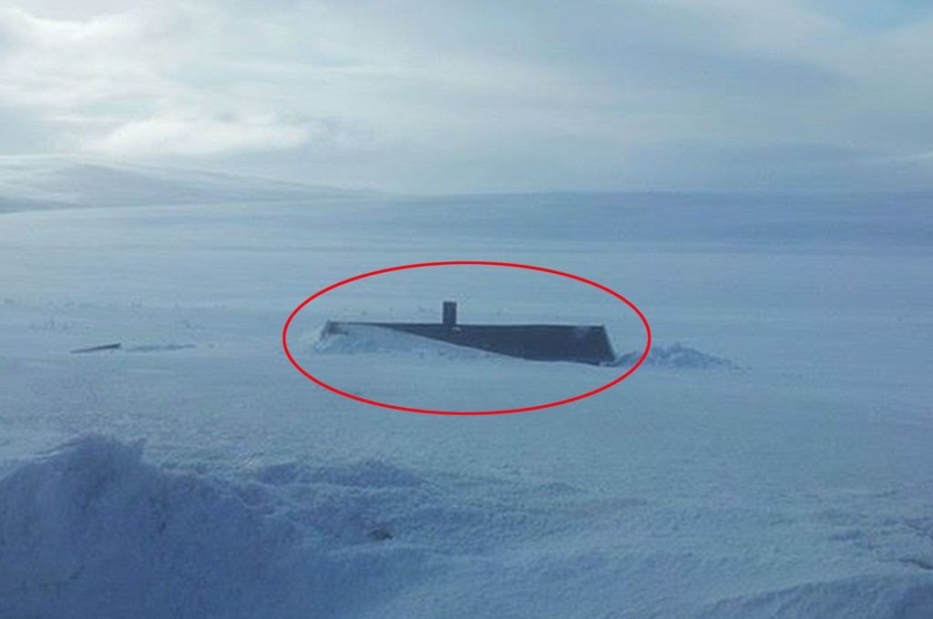 FULL VINTER: Bare taket av denne hytta på Båtsfjordfjellet i Øst-Finnmark stikker opp fra snømassene.