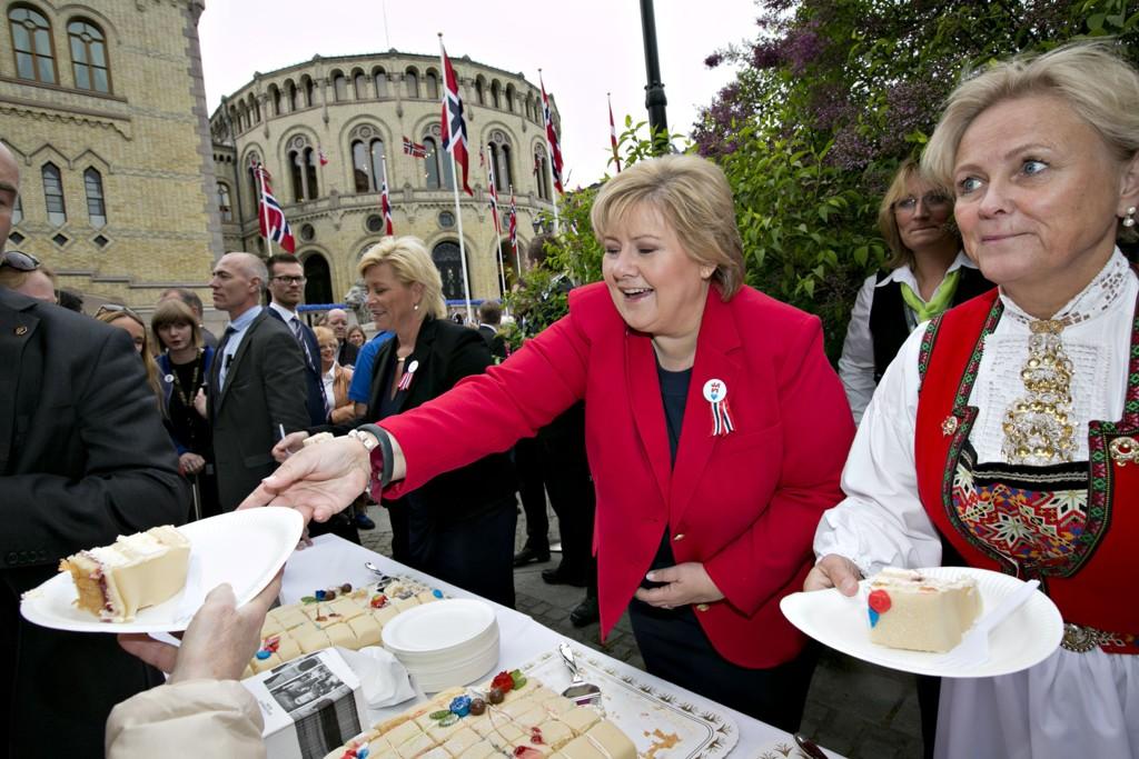 SERVERTE: Finansminister Siv Jensen, statsminister Erna Solberg og kulturminister Thorhild Widvey delte ut marispankake til folket utenfor Stortinget.