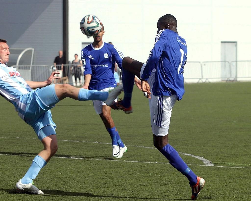 Kjelsås-trener Eivind Kampen mener Akinbola Akinyemi burde fått straffespark i denne duellen med Follo-kaptein Anders Lübeck.
