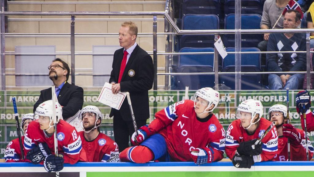 BEHOLDER PLASSEN: Norges trener Roy Johansen under VM-kampen i ishockey mellom Norge og Tsjekkia i Chizhovka Arena i Minsk, Hviterussland søndag. Norge er sikret plass også i neste års A-VM.