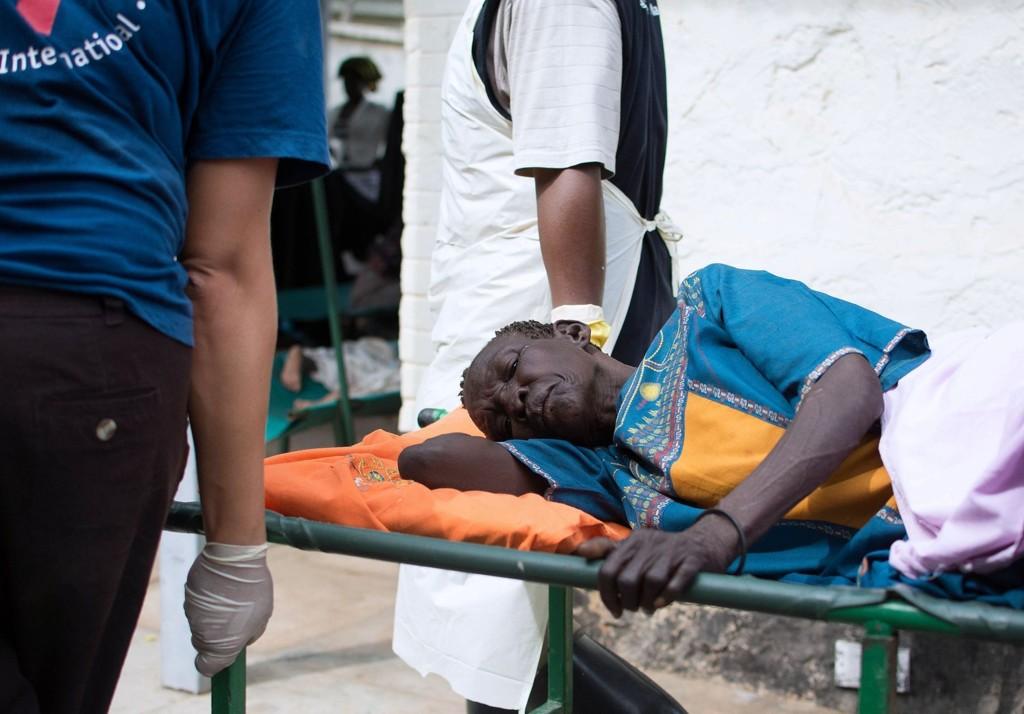 DEHYDRERT: På bilsdet ser du en eldre kvinne på et sykehus i Juba, i Sør-Sudan. Kvinnen er dehydrert på grunn av kolera.AFP PHOTO/Charles LOMODONG