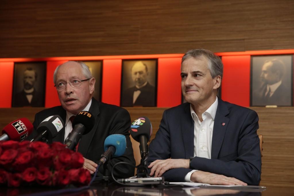 Marin Kolberg fra APs valgkomite og Jonas Gahr Støre under pressekonferansen mandag. Foto: Berit Roald (NTB scanpix)