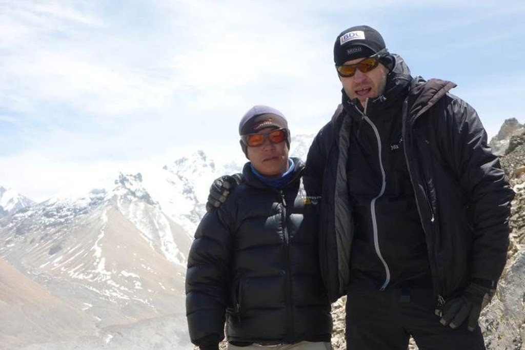 MOT TOPPEN: Knut Grotli sammen med en av sherpaene på vei mot toppen av Mount Everest. Grotli sier at sherpaer er høyt aktet i miljøet.