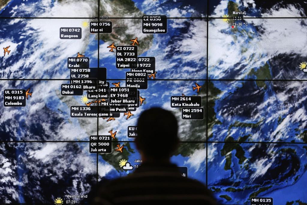 Kartet viser flytrafikken i Sør-Øst-Asia i tidspunktet da det malaysiske flyet forsvant sporløst. En ny bok fremmer påstanden om at flyet ble skutt ned av et jagerfly.