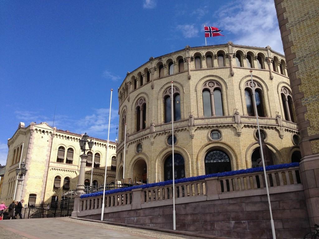 En 28 år gammel mann er i Oslo tingrett dømt til 60 dagers fengsel for å ha utløst terroralarm på Stortinget (bildet).
