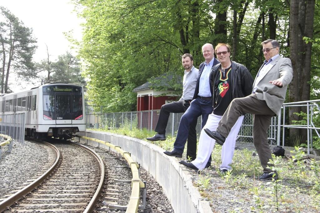 Fra venstre: Christian Grønlie Herzog, Hans Christian Voldstad, Terje Bjøro og Lars Asbjørn Hanssen øver seg på å igjen kunne stige på T-banen på Gulleråsen stasjon. Foto: Vidar Bakken