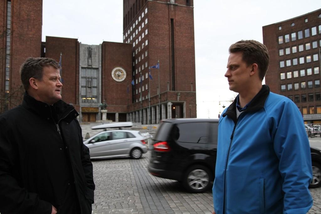 Tillitsvalgt Bjørnar Aronsen (til venstre) mener brannmennene ikke blir tatt seriøst i revidert budsjett. Her sammen med hovedverneombud Ole André Olsvik.
