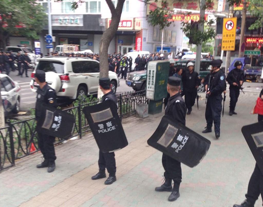 SPERRET AV: Politi sperret av området rundt markedet der bombene gikk av.