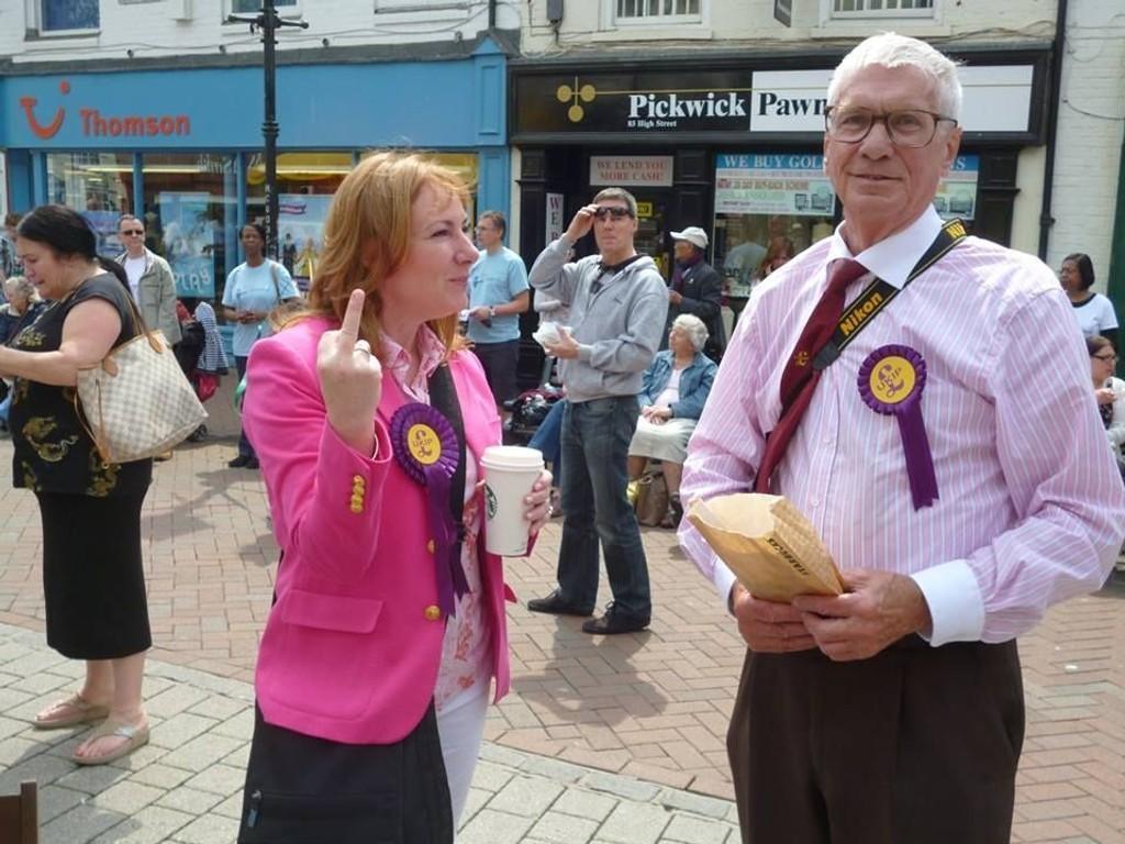 Et medlem av Ukip i Storbritannia, Janice Atkinson, ba nylig noen demonstranter til å «dra dit pepper' n gror». Janice Atkinson viste også fingeren til demonstrantene. Bildet ble lagt på Facebook, og er i skrivende stund delt 90.000 ganger.
