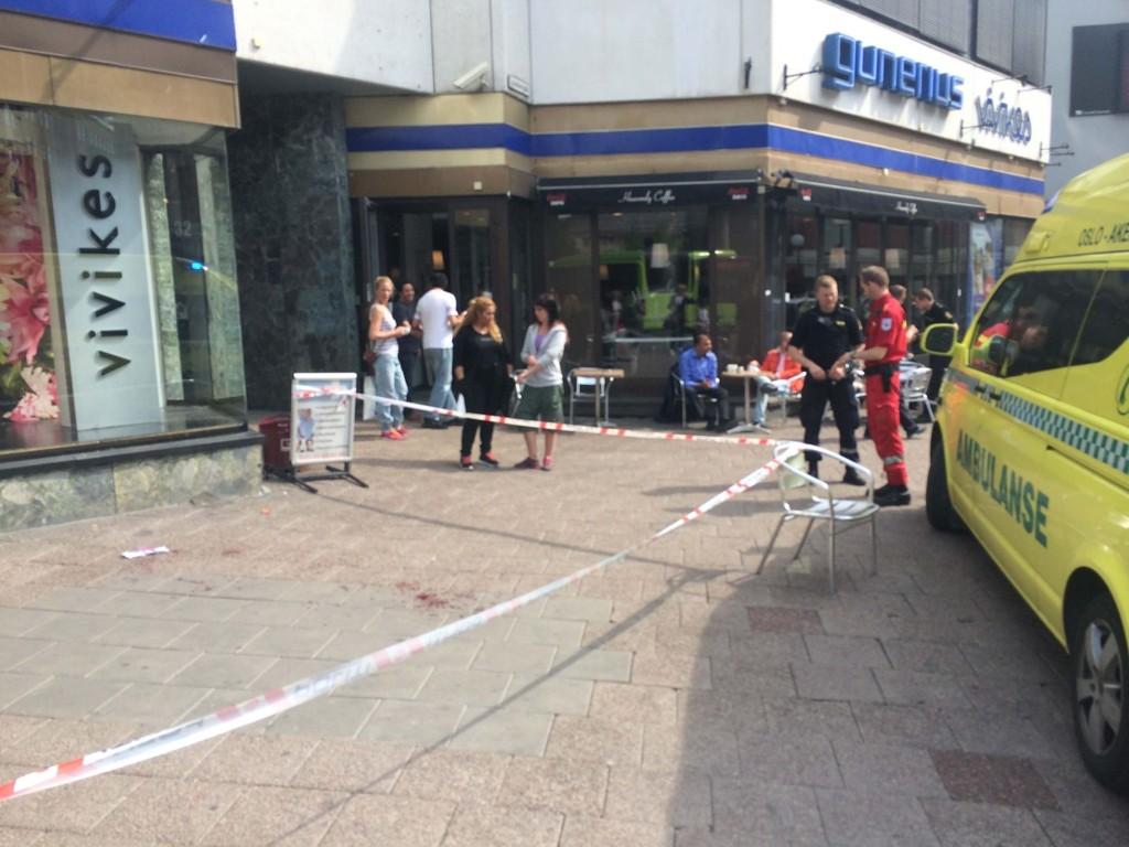 KNIVSTUKKET: En person er kjørt til legevakten med stikkskader i armen etter en slåsskamp i Storgata i Oslo.