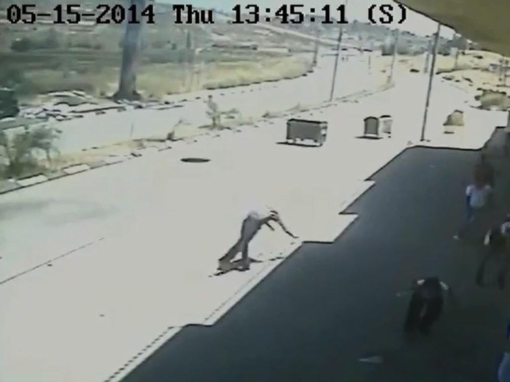 Overvåkningsbildet viser tilsynelatende en palestinsk tenåringsgutt som angivelig ble skutt og drept med overlegg av israelske styrker på Vestbredden i forrige uke.