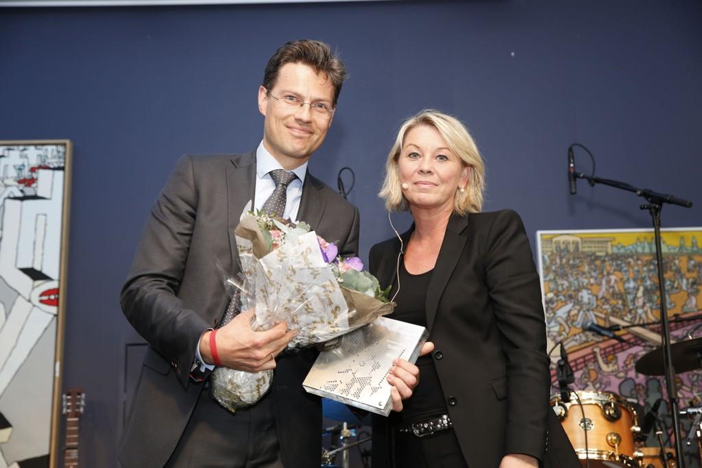 Kaare Andreas Shetelig, leder av Wikborg Rein advokatkomite, mottok prisen fra næringsminister Monica Mæland.