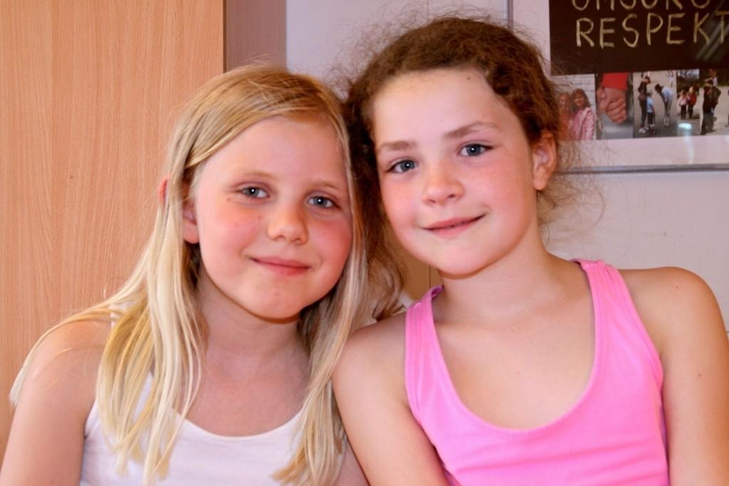 Idun Tonesdatter Berge (9) og Eline Veslum Lundberg (9) danset og sang Skal vi lage snømann, fra Disney-filmen Frost.