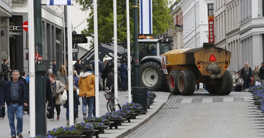 Oslo 20140513. Bøndene aksjonerer mot landbruksoppgjøret. Flere møtte opp med traktorer foran Stortinget tirsdag ettermiddag.