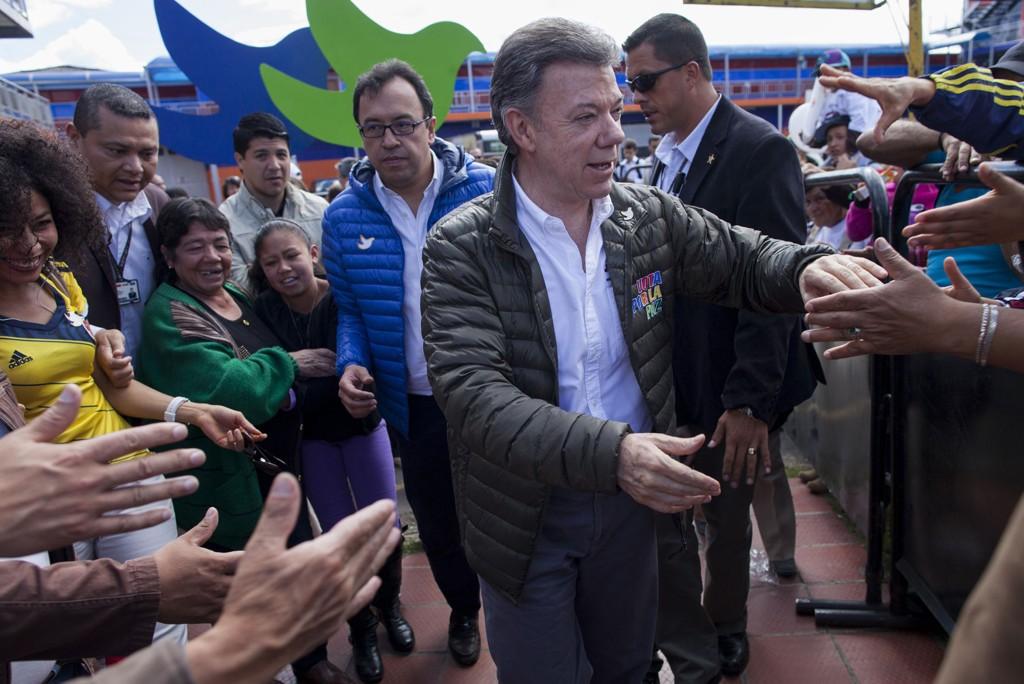 VALGKAMP: Juan Manuel Santos driver intens valgkamp for å få fortsette som Colombias president og føre fredsprosessen med FARC-geriljaen til ende.