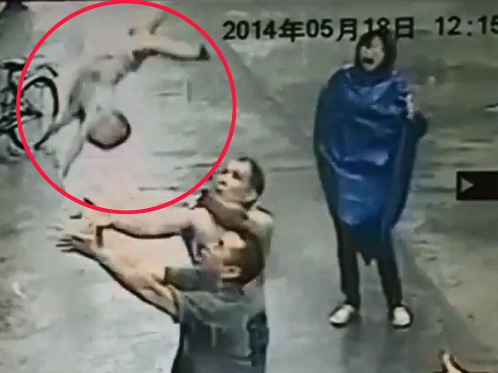 Kinesiske medier har frigjort videoopptak av en dramatisk redningsaksjon i Guangdong-provinsen.