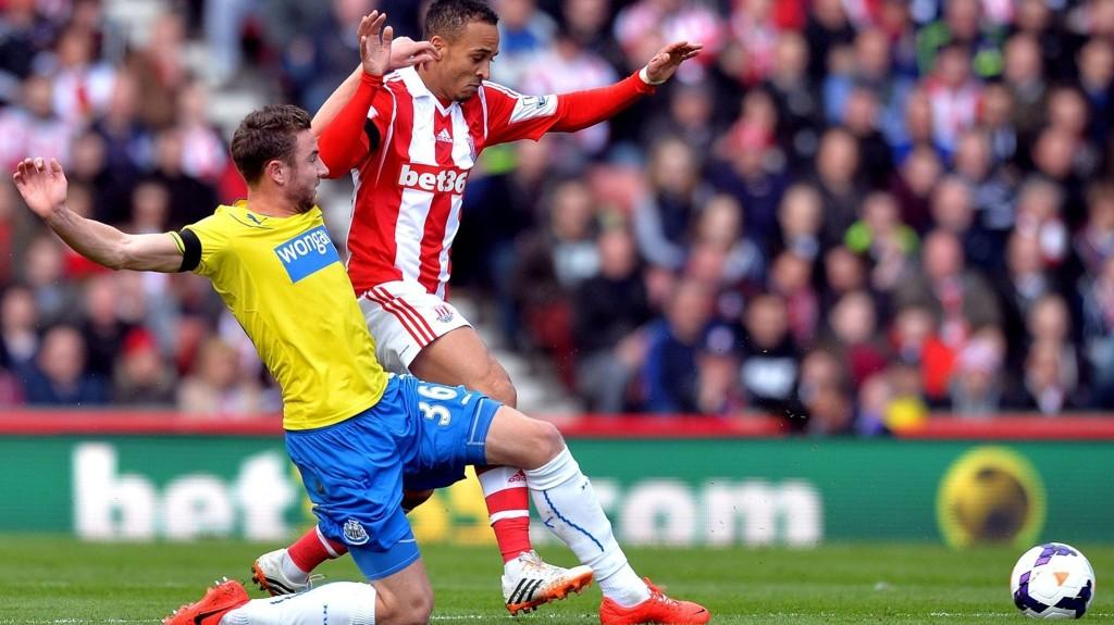 DRAPSTRUET: Paul Dummet (t.v.) blir drapstruet av sine uruguayanere etter en takling mot Luis Suarez i siste serierunde. Liverpool-spissen sliter med en kneskade, som gjør at han kan komme til å måtte stå over kamper i VM.
