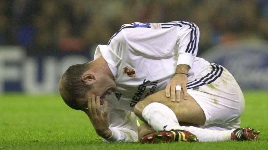 EN BESETTELSE: Ikke siden 2002 har Real Madrid vunnet Champions League-finalen. Her depper Zinedine Zidane etter et tap mot Roma.