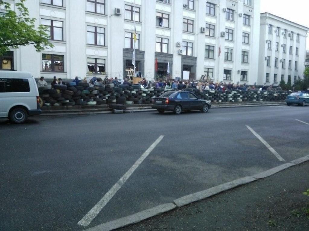 Separatistene har innført portforbud i byen, og går til angrep på mennesker som beveger seg ute om natten.